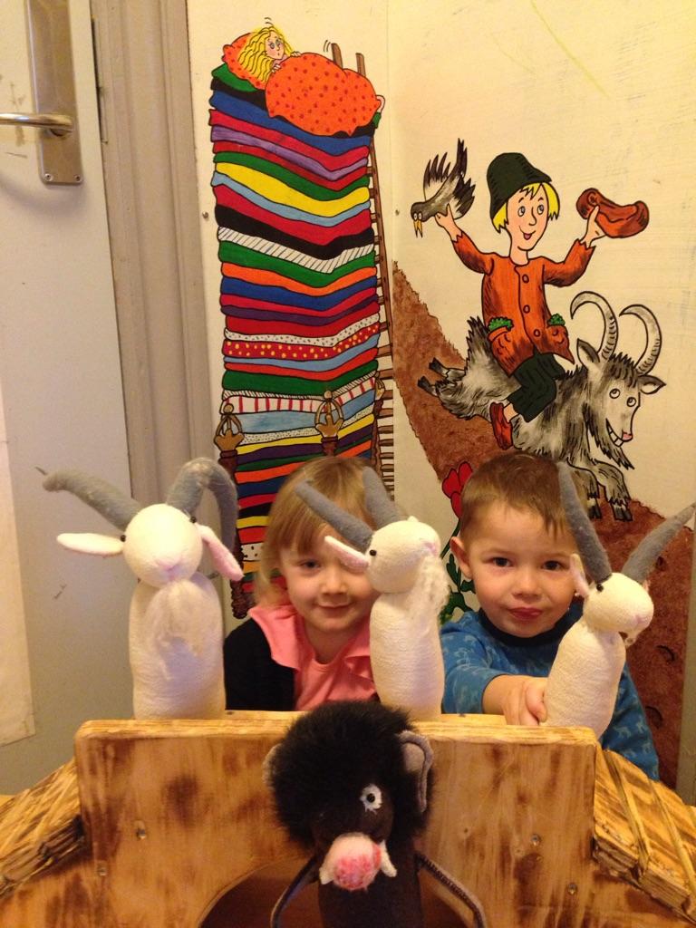 Bukkebruse dukketeater af børnene