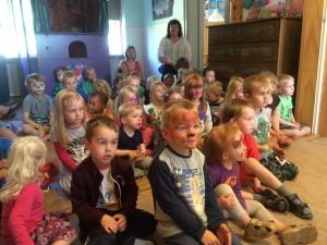 Spændte børn der lytter